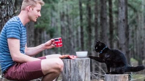 This Man Dropped Everything To Travel The World With His Cat