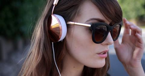 Here's Why Your Headphone Habit Could Be Seriously Damaging Your Hair
