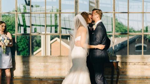 This Newlywed Couple Were Just About To Kiss When Something Seriously Unexpected Happened