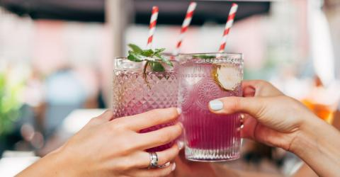 Here Are 5 Low-Calorie Cocktails To Drink During The Holidays